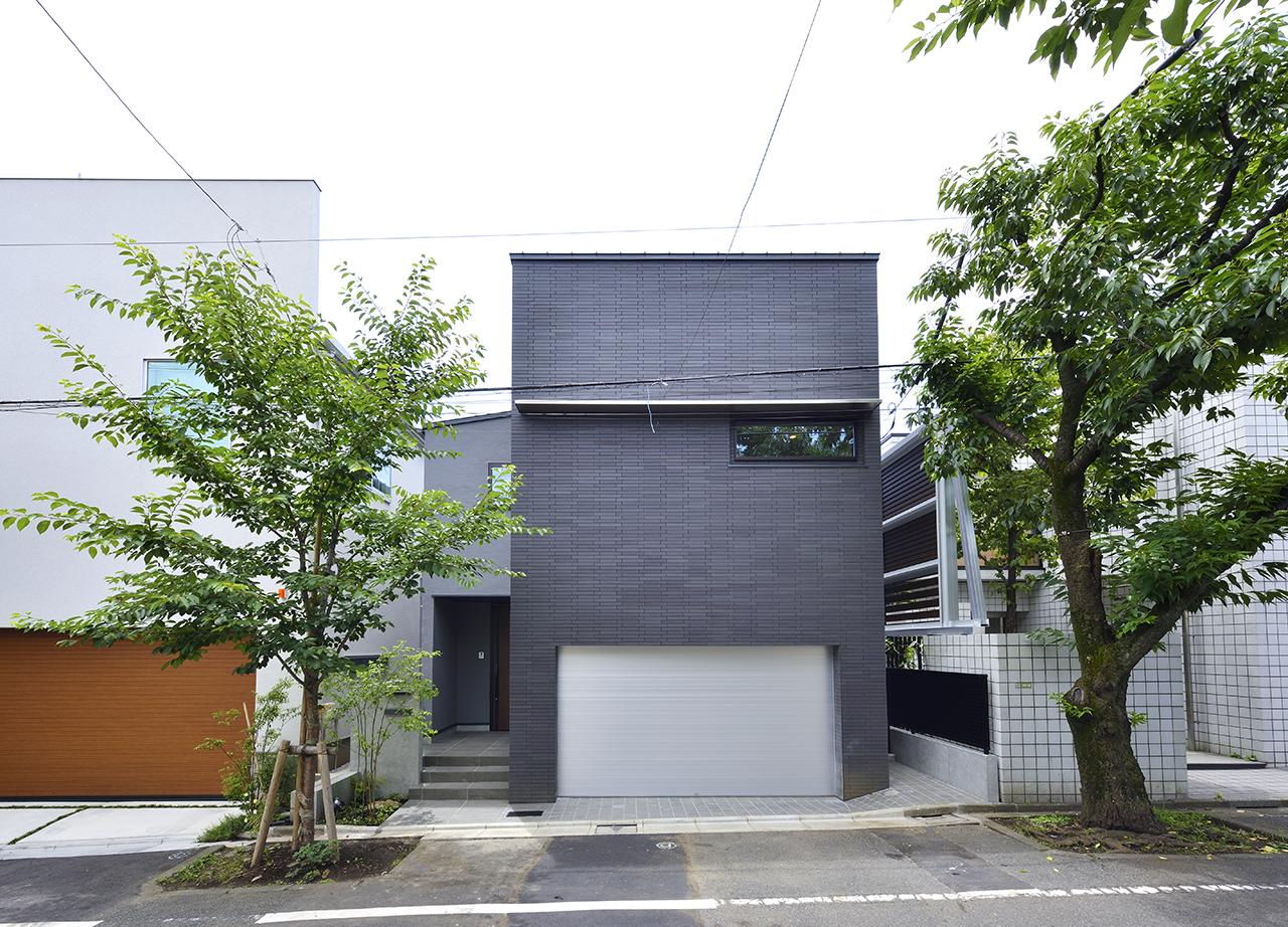 洗練されたデザインで存在感のある邸宅